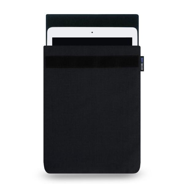 Das Bild zeigt die Vorderseite von Classic Hülle für Apple iPad Air und Pad Pro in Farbe Schwarz; Zur Veranschaulichung wird ebenfalls dargestellt, wie das kompatible Gerät in dieser Tasche aussieht