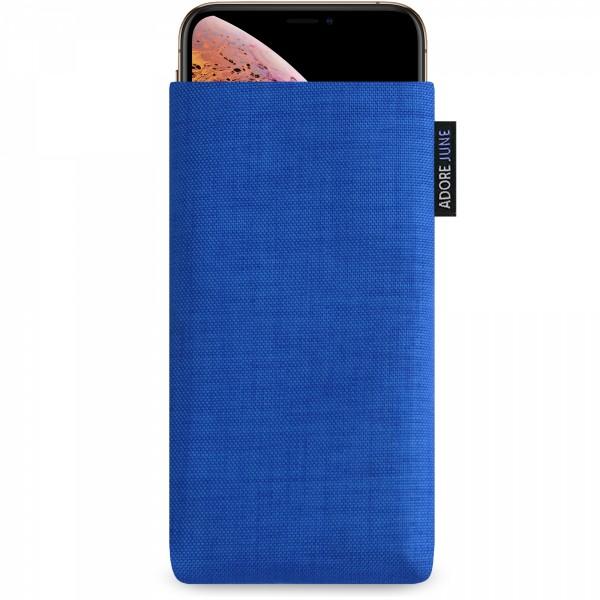 Das Bild zeigt die Vorderseite von Classic Tasche für Apple iPhone X und iPhone XS in Farbe Blau; Zur Veranschaulichung wird ebenfalls dargestellt, wie das kompatible Gerät in dieser Tasche aussieht