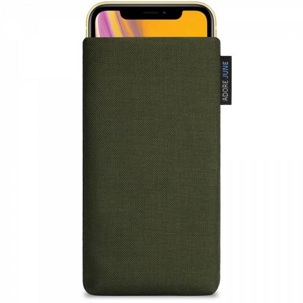 Das Bild zeigt die Vorderseite von Classic Tasche für Apple iPhone XR in Farbe Oliv-Grün; Zur Veranschaulichung wird ebenfalls dargestellt, wie das kompatible Gerät in dieser Tasche aussieht