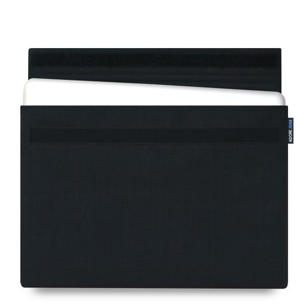 Das Bild zeigt die Vorderseite von Classic Hülle für Apple MacBook Pro 15 2012-2015 in Farbe Schwarz; Zur Veranschaulichung wird ebenfalls dargestellt, wie das kompatible Gerät in dieser Tasche aussieht