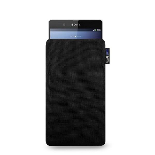 Das Bild zeigt die Vorderseite von Classic Tasche für Sony Xperia Z2 in Farbe Schwarz; Zur Veranschaulichung wird ebenfalls dargestellt, wie das kompatible Gerät in dieser Tasche aussieht