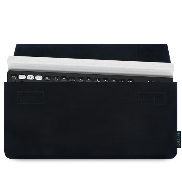 Das Bild zeigt die Vorderseite von Keeb Hülle für Logitech K780 Multi-Device Wireless Keyboard in Farbe Schwarz; Zur Veranschaulichung wird ebenfalls dargestellt, wie das kompatible Gerät in dieser Tasche aussieht