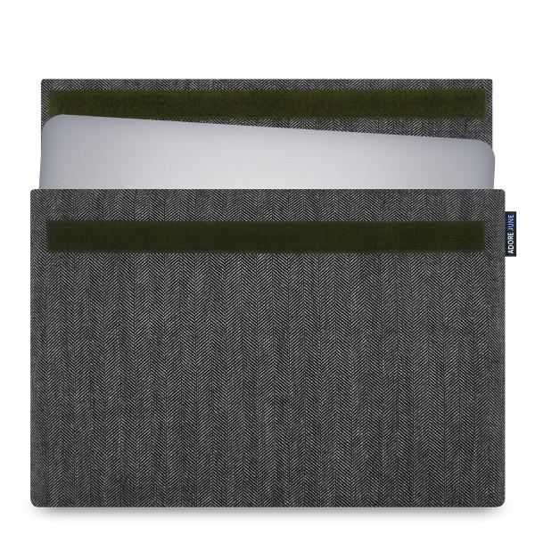 Das Bild zeigt die Vorderseite von Business Hülle für Dell XPS 15 in Farbe Grau / Schwarz; Zur Veranschaulichung wird ebenfalls dargestellt, wie das kompatible Gerät in dieser Tasche aussieht