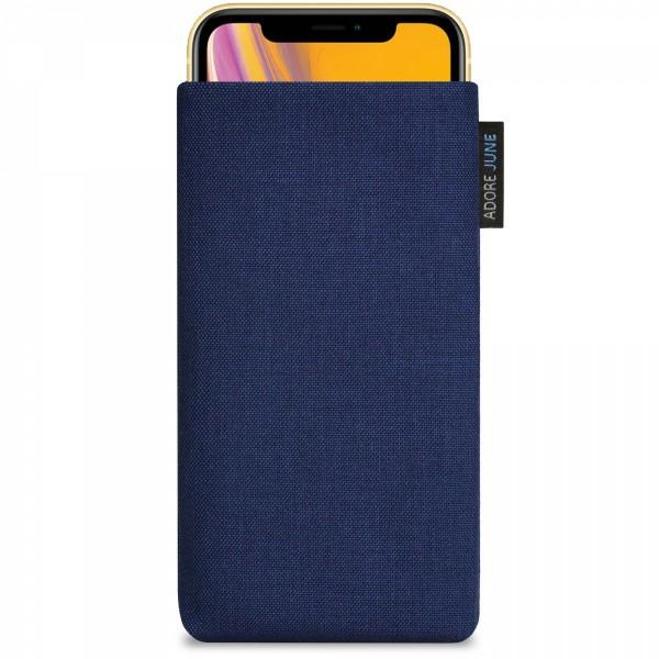 Das Bild zeigt die Vorderseite von Classic Tasche für Apple iPhone XR in Farbe Mitternachts-Blau; Zur Veranschaulichung wird ebenfalls dargestellt, wie das kompatible Gerät in dieser Tasche aussieht