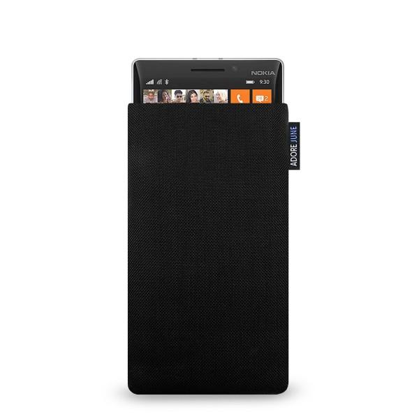 Das Bild zeigt die Vorderseite von Classic Tasche für Nokia Lumia 930 in Farbe Schwarz; Zur Veranschaulichung wird ebenfalls dargestellt, wie das kompatible Gerät in dieser Tasche aussieht